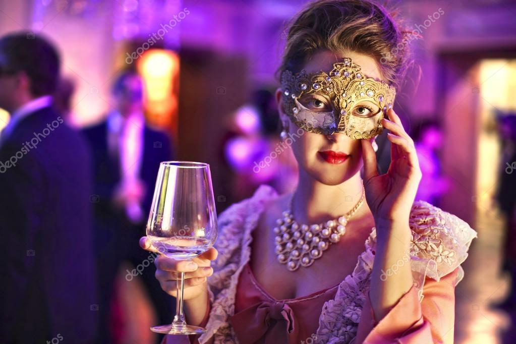 Mujeres beber vino en una fiesta de disfraces — Foto de stock ...