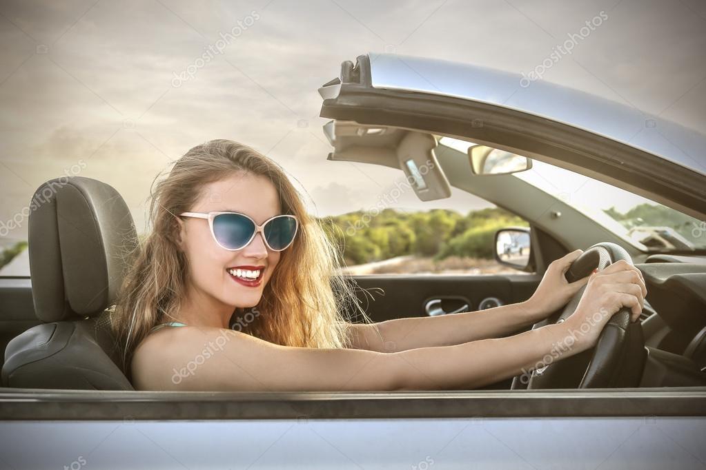 скачать фото красивых девушек брюнеток с длинными волосами сидя в автомобиле