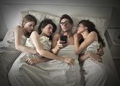 Fotografie Mann mit drei Frauen zu schlafen