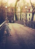 Fotografie Retro gefilterten Fahrräder auf Brücke im Winter