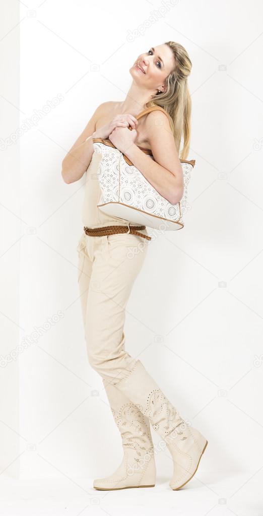 7b9043203c6 Γυναίκα που φοράει τα καλοκαιρινά ρούχα και μπότες — Φωτογραφία Αρχείου
