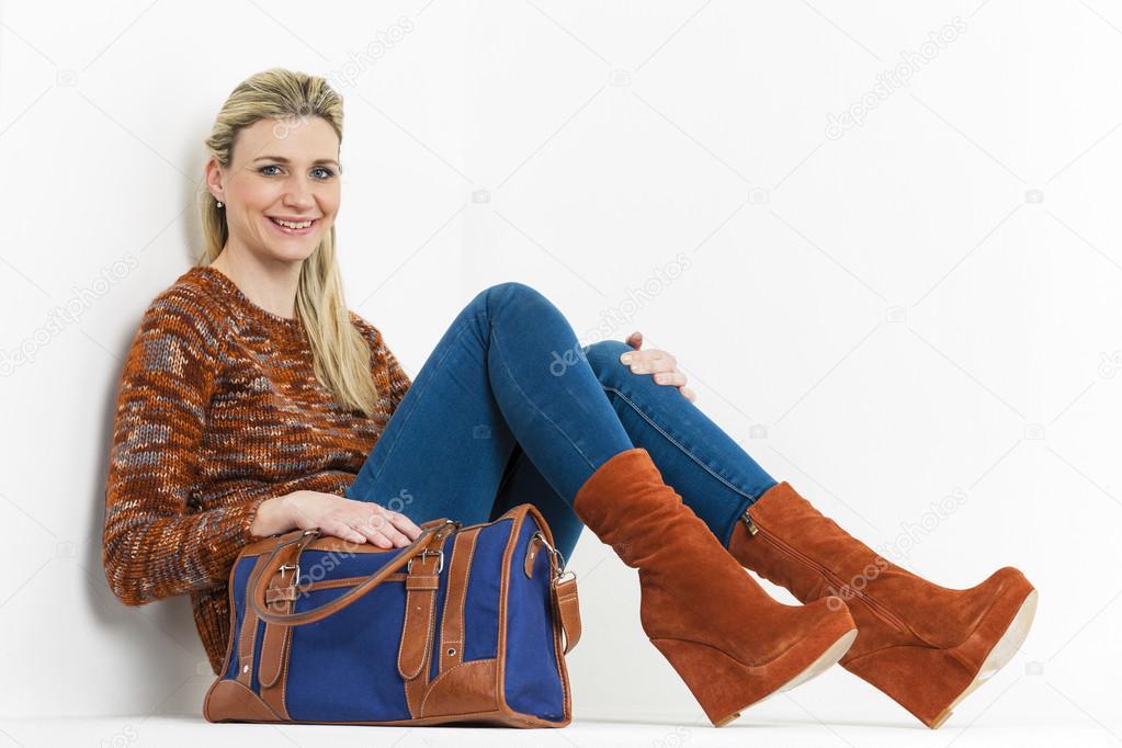 18f270f662 sitzende Frau Braun Modische Plateau-Schuhe mit einem ha — Stockfoto ...