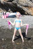 Kis lány készen áll a búvárkodás
