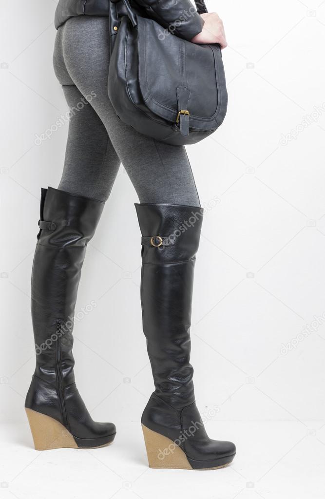 748801f779 Detail der Standing weiblich Plattform schwarze Stiefel mit einer  Handtasche tragen — Foto von phb.cz