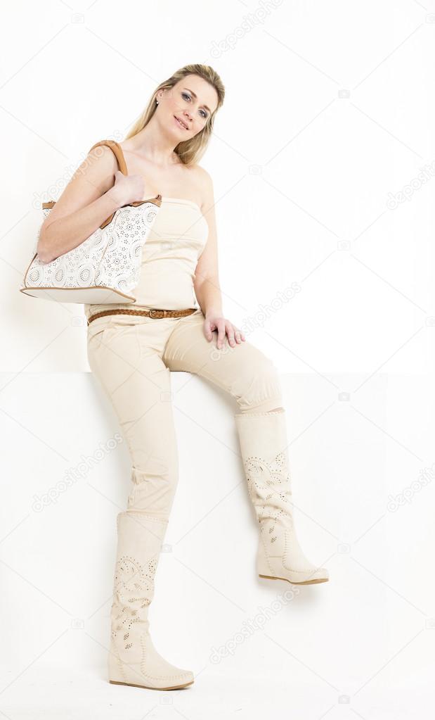 3849c71dfc44 donna di seduta indossando vestiti estivi e stivali — Foto Stock ...