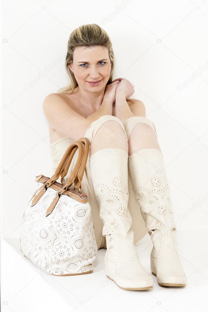 be198b0f5c4d donna che indossa vestiti estivi e stivali — Foto Stock © phb.cz ...