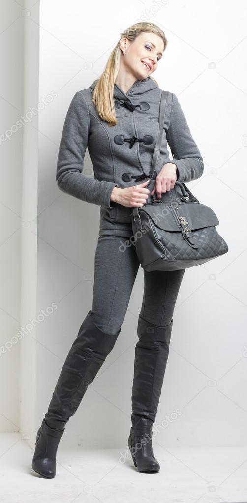 f5995f728d Frau trägt graue Kleidung mit einer Handtasche — Stockfoto © phb.cz ...