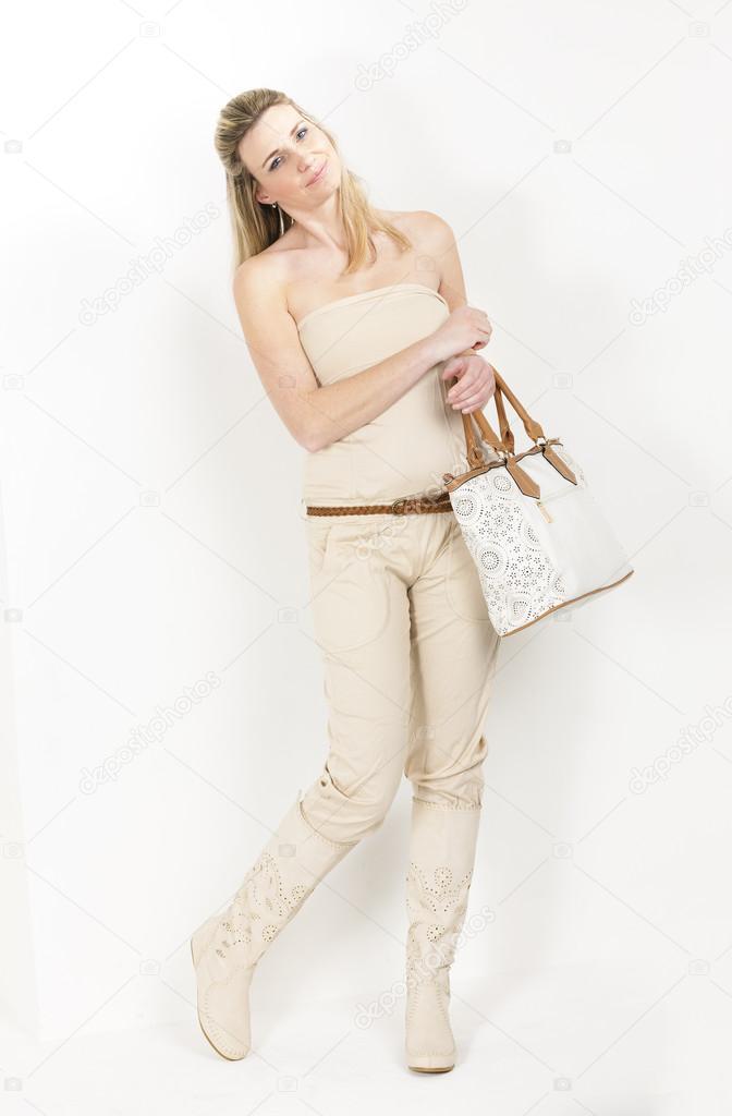 26dad2c9e64c Donna in piedi indossando vestiti estivi e stivali con un una borsa — Foto  di ...