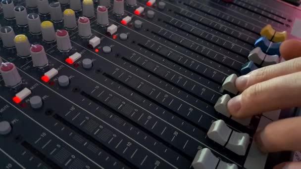 DJ prsty ovládání zvuku na audio mixer