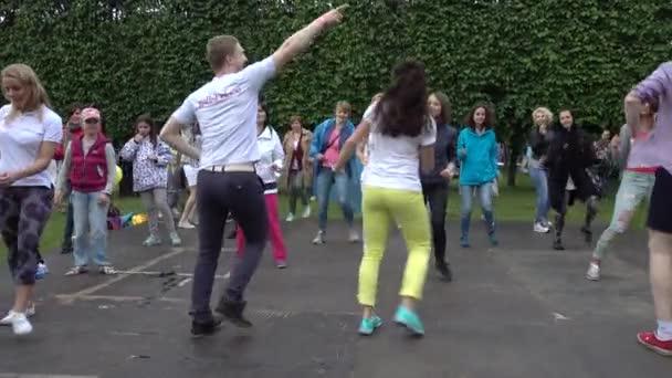 Lidí, naučit se tančit na mezinárodní jazzový Festival Usadba Jazz