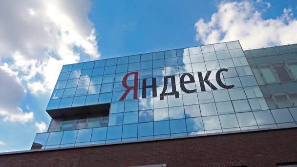 Budovy s logem ve dne společnosti Yandex