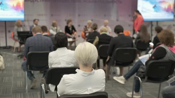 Publikum hört dem Vortragenden zu