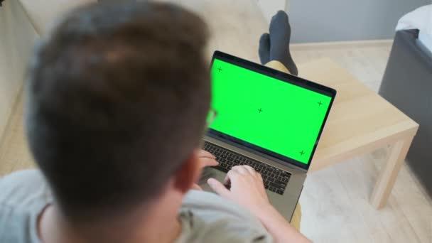 Unbekannter Mann benutzt Laptop zu Hause