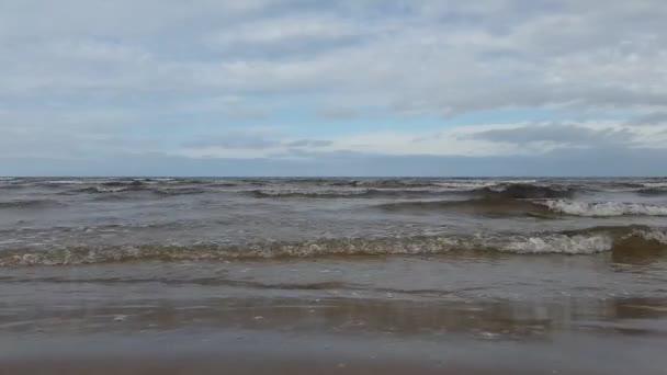 Ostsee plätschert ruhig im Erholungsgebiet Jurmala.