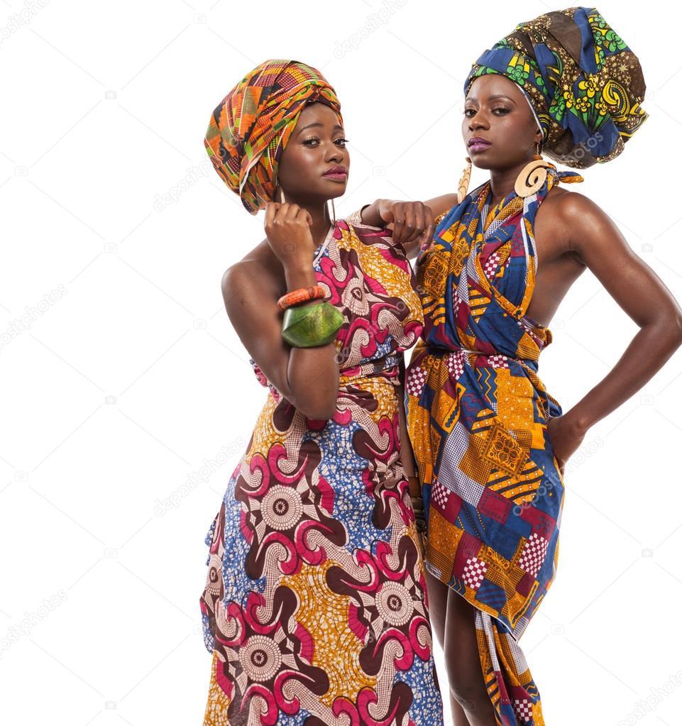 d5fc1b626e6a Αφρικανική γυναικεία μοντέλα ποζάρουν σε πολύχρωμα φορέματα — Εικόνα από ...