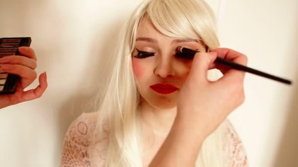 Make-up používání oční stíny
