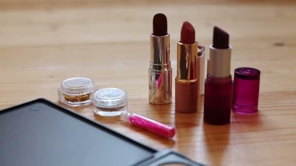 Make-up színes kozmetikai paletta, rúzs, ecseteket és köröm laquer palackok