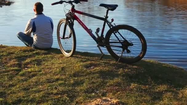 férfi egy kerékpárral
