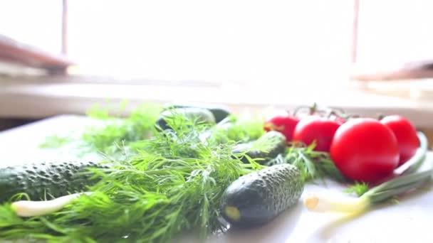 Paradicsom és uborka az asztalon, konyhában