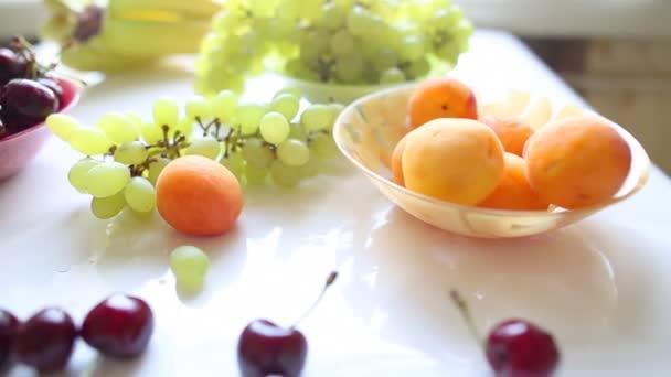 různé letní ovoce na stůl