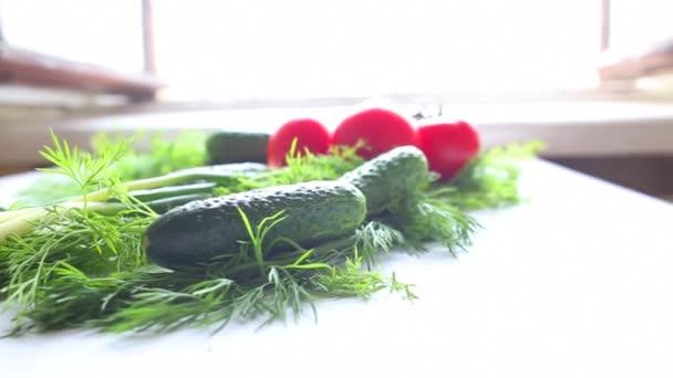 Rajčata a okurky na stole v kuchyni