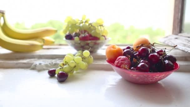 různé letní ovoce na okenní parapet