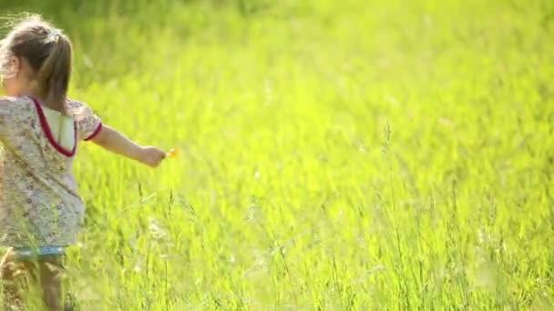 Gyönyörű lány, spinning a fűben