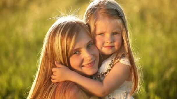 Malá blondýnka objala matku