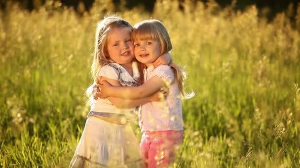 Dvě sestry objetí