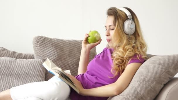 Nő feküdt zenét hallgatni kinyitható
