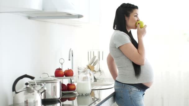 nő étkezési Alma