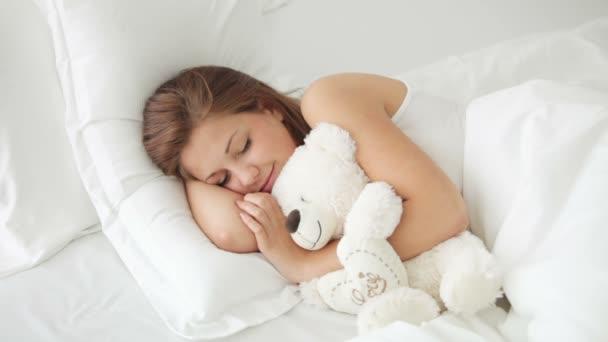 a lány alszik az ágyban