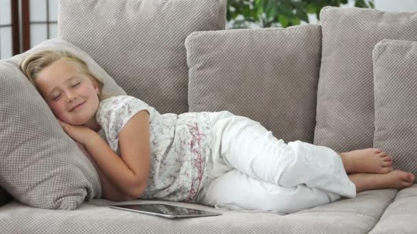 dívka leží na gauči