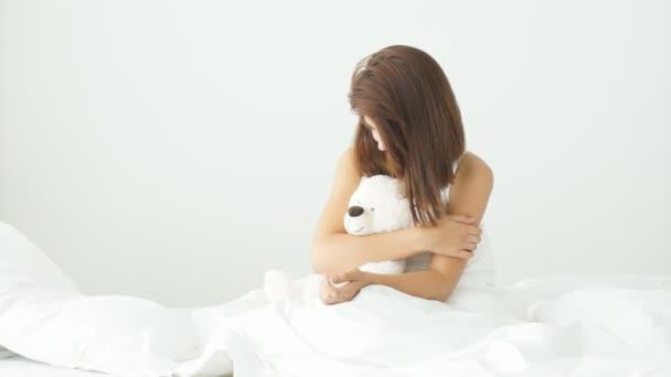 nő ül az ágyon