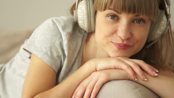Dívka poslouchající hudbu.