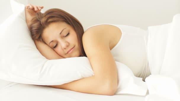dívka ležela v posteli s úsměvem