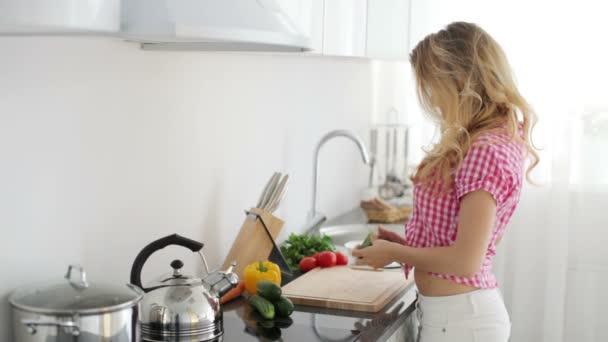 žena v kuchyni řezu okurky