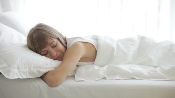 aranyos lány alszik