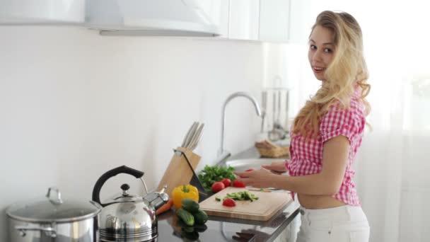mladá žena řezání zeleniny