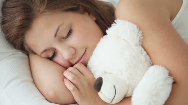 holka v posteli objímání medvídek