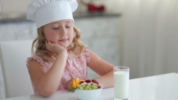 Mädchen mit Joghurt und einem Glas Milch
