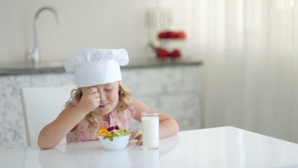 Dítě jíst ovoce jogurt