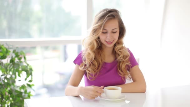 Lány egy csésze kávéval