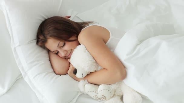 dívka objímání medvídek