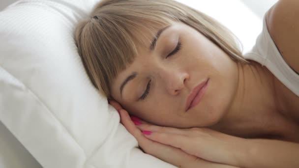 žena v posteli otevřela oči
