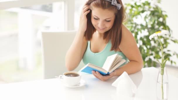 Usměvavá mladá žena čte