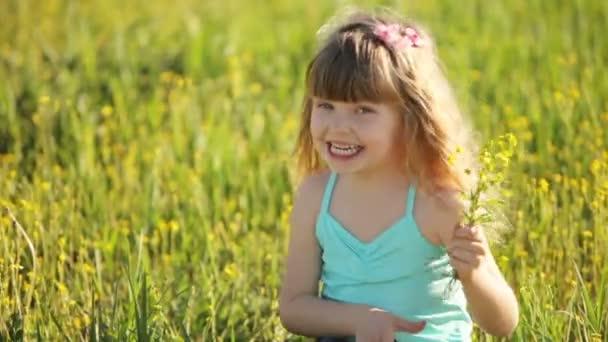 Malá holčička v poli