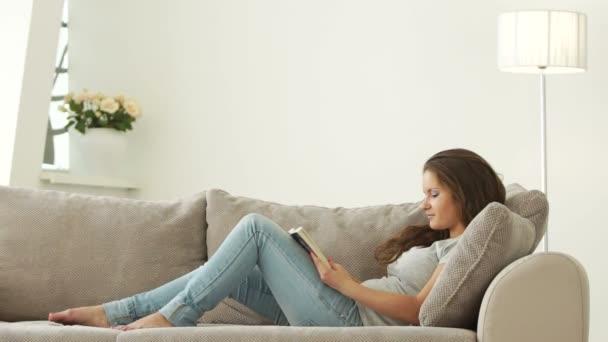 mladá žena čte