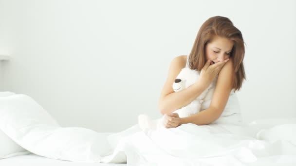 žena objímala medvídek