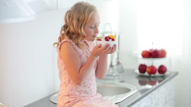 Mädchen hält einen Teller mit Fruchtjoghurt